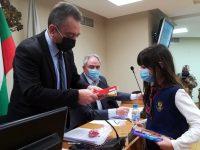 Деца подариха мартеници на съветниците в Плевен