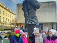 """Третокласници от ОУ """"Валери Петров"""" – Плевен отбелязаха годишнината от гибелта на Левски"""