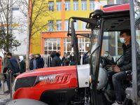 """СУ """"Христо Смирненски"""" – Гулянци закупи трактор за провеждане на професионално обучение"""
