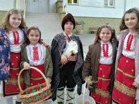 """Деца в народни носии вързаха мартеници на учители и ученици в НУ """"Единство"""" – Плевен"""