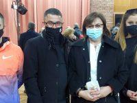 Корнелия Нинова връчи електронни карти на нови членове от Благоевградска област