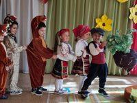 """Малчуганите от ДГ """"Незабравка"""" – Плевен представиха драматизация на приказката """"Дядо и ряпа"""""""