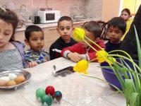 Деца от училището в село Вълчитрън шариха яйца за Великден