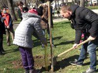 """Над 50 дръвчета посадиха в Червен бряг като част от инициативата """"Гората на децата"""""""