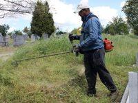 Първото за годината косене на гробищните паркове в Плевен напредва