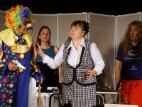 """Аплодисменти и цветя за """"Застреляй идиотите!"""" на сцената на НЧ """"Георги Парцалев – 1901"""" в Левски"""